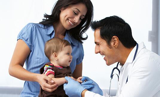 Mamá con bebé visitando a pediatra